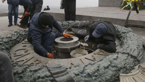 Pracovníci likvidují následky vandalismu v Parku Věčné slávy v Kyjevě - Sputnik Česká republika