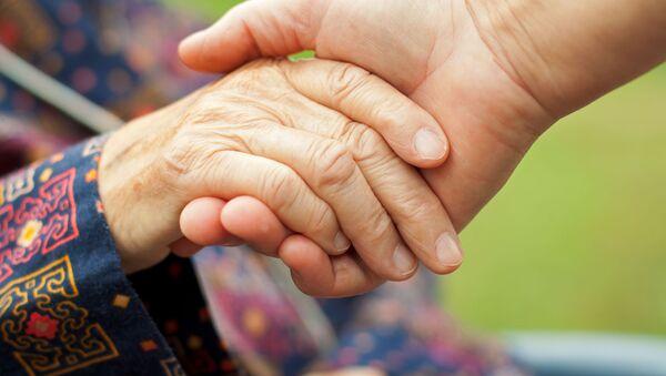 Ruka staré ženy v ruce muže - Sputnik Česká republika