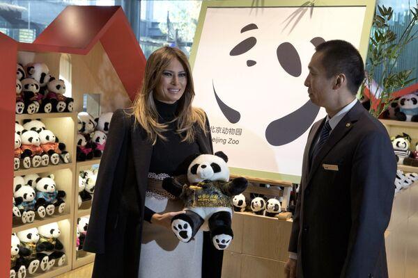 Melania Trumpová během návštěvy Pekingské zoo v obchodě s pandami. - Sputnik Česká republika