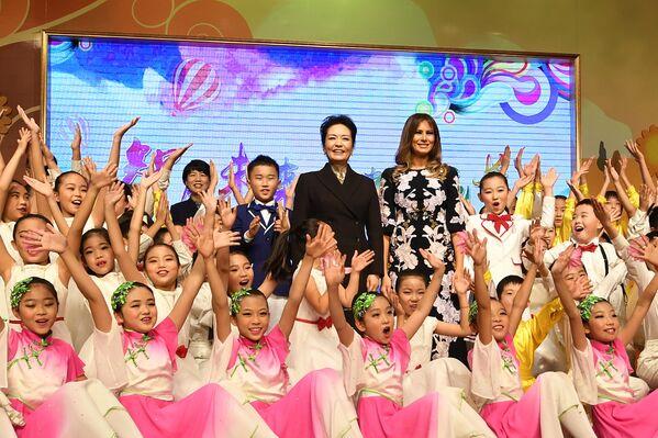 První dámy Číny a USA během návštěvy návštěvy základní školy v Pekingu. - Sputnik Česká republika
