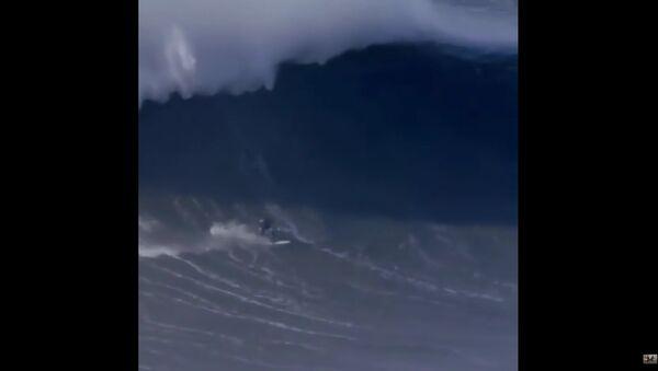 Surfař si zlomil páteř při překonávání gigantické vlny. Video - Sputnik Česká republika