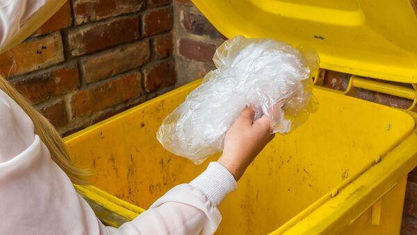 Žena vyhazuje pytel do odpadkového koše - Sputnik Česká republika