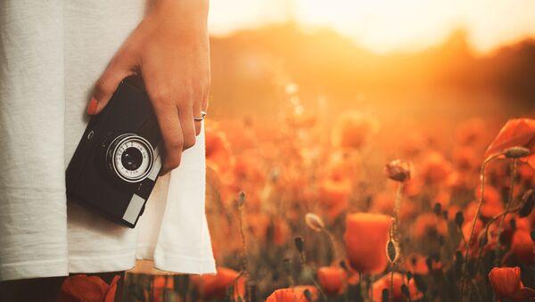 Dívka s fotoaparátem v rukou - Sputnik Česká republika
