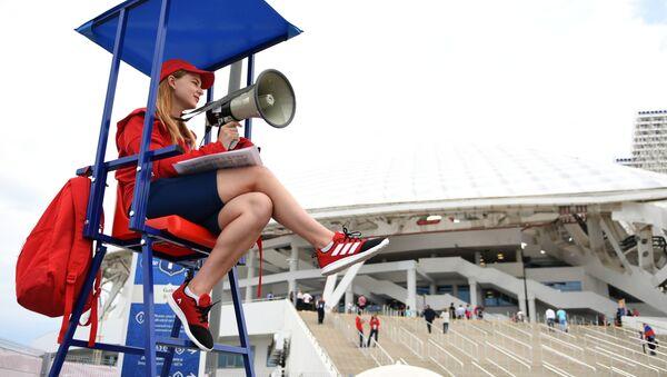 Dobrovolník u stadionu Fišt v Soči - Sputnik Česká republika