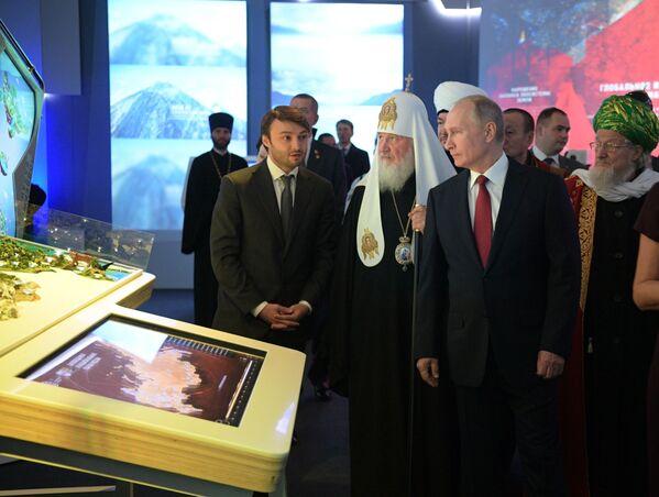 Prezident RF Vladimir Putin na návštěvě multimediální výstavy-fóra Rusko hledící do budoucna - Sputnik Česká republika
