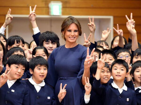 První dáma USA Melanie Trumpová na návštěvě základní školy v Tokiu, Japonsko - Sputnik Česká republika