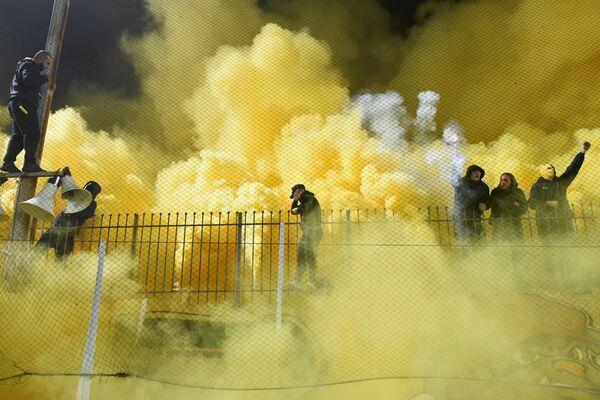 Kouř z pyrotechnických pochodní na fotbalovém utkání mezi Aris Thessaloniki a Boca Juniors na stadionu v řecké Soluni - Sputnik Česká republika