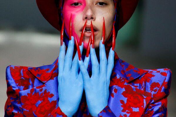 Modelka na defilé Hu Sheguang během Čínského týdnu módy v Pekingu - Sputnik Česká republika