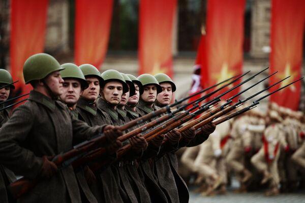 Vojáci na pochodu u příležitosti 76. výročí vojenské přehlídky 1941 na Rudém náměstí v Moskvě - Sputnik Česká republika