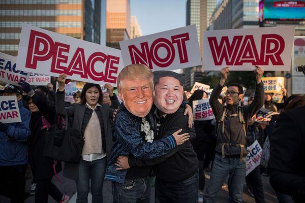 Protestní akce v Jižní Koreji na prahu návštěvy prezidenta USA Donalda Trumpa v Soulu - Sputnik Česká republika