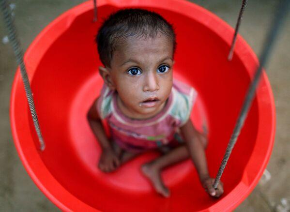 Děvčátko z běženecké rodiny Rohindžů během vážení v pohotovostním středisku v Bangladéši - Sputnik Česká republika