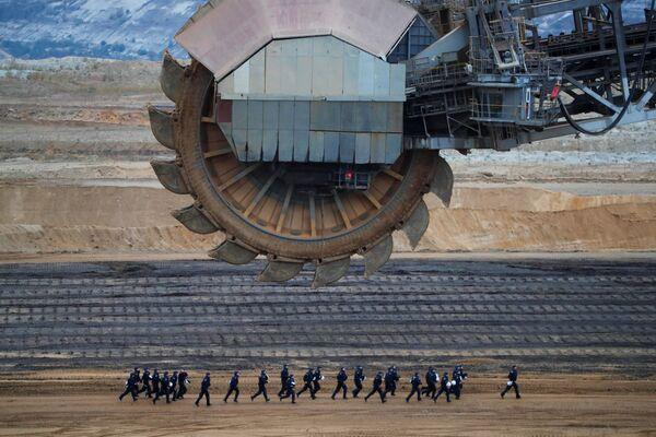 Zvláštní policejní oddíl během demonstrace proti těžbě hnědého uhlí v dolu Garzweiler v Německu - Sputnik Česká republika