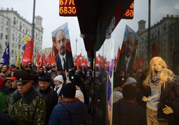 Účastníci pochodu Komunistické strany RF v Moskvě u příležitosti 100. výročí Říjnové socialistické revoluce - Sputnik Česká republika