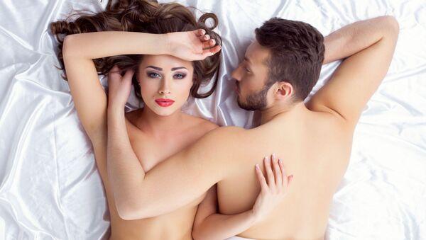 Mladý pár v posteli. Ilustrační foto - Sputnik Česká republika