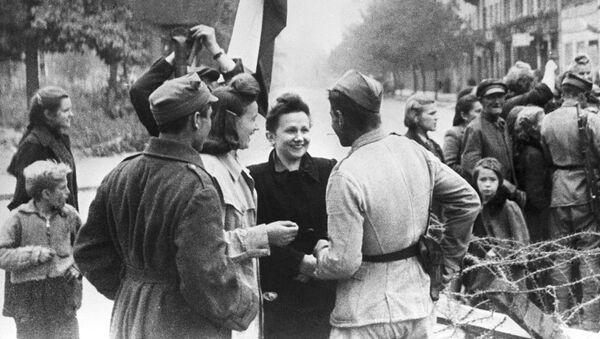Obyvatelé Varšavy a příslušníci Rudé armády - Sputnik Česká republika