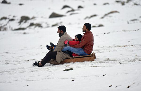 Obyvatelé Kašmíru sáňkují po prvním sněžení v horách vedle Srinagaru - Sputnik Česká republika