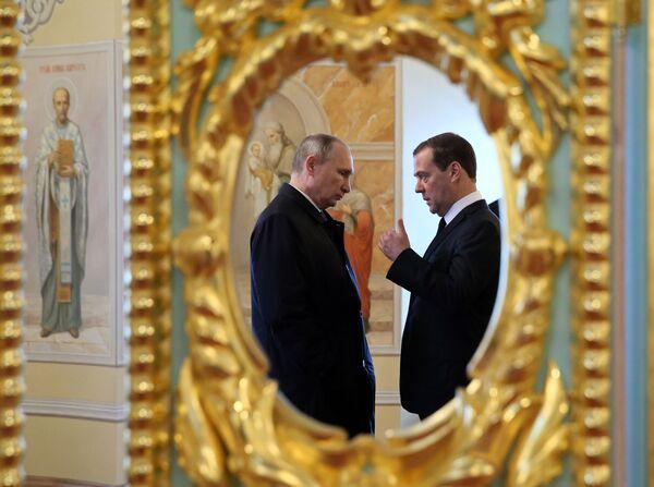 Prezident RF Vladimir Putin a vládní předseda Dmitrij Medveděv během návštěvy Novojeruzalémského mužského klášteru Vzkříšení Páně v Istře, Moskevská oblast - Sputnik Česká republika