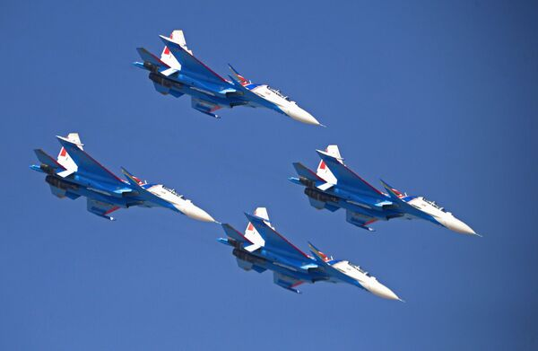 Vystoupení ruské akrobatické letecké skupiny Russkije viťazi se stíhačkami Su-30SM na Mezinárodní letecké a kosmické výstavě Dubai Airshow 2017 - Sputnik Česká republika