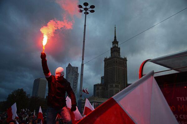 Účastník pochodu u příležitosti Dne nezávislosti Polska ve Varšavě - Sputnik Česká republika