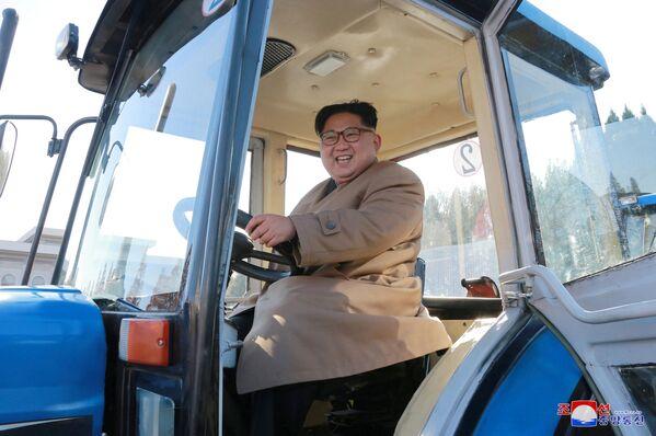 Severokorejský vůdce Kim Čong-un v podniku na výrobu traktorů v Severní Koreji - Sputnik Česká republika