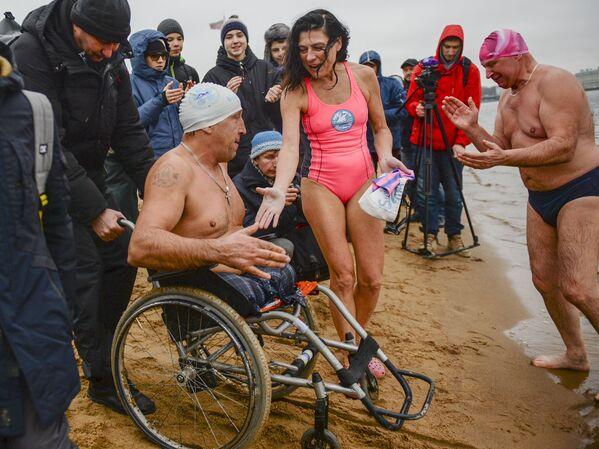 Účastníci festivalu zimního plávání Ledostav na pláži u Petropavlovské pevnosti v Petrohradě - Sputnik Česká republika