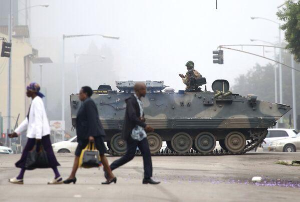 Voják na tanku hlídkuje v ulicích města Harara, Zimbabwe - Sputnik Česká republika
