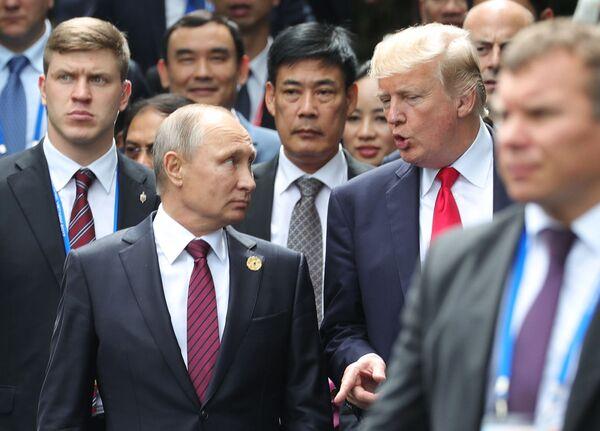 Prezident RF Vladimir Putin a prezident USA Donald Trump na summitu APEC ve Vietnamu - Sputnik Česká republika