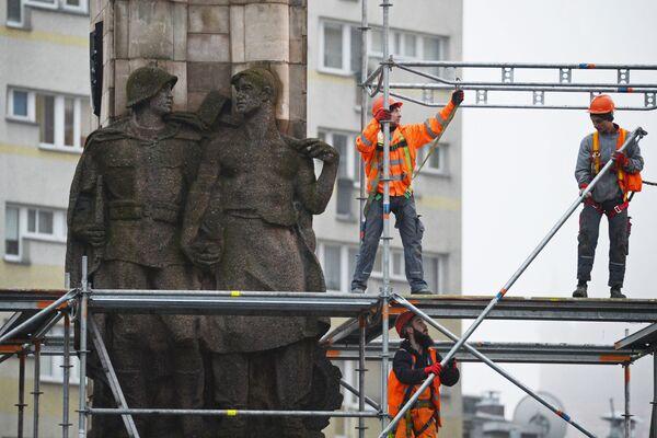 Demontáž pomníku vděčnosti Rudé armádě v polském Štětínu - Sputnik Česká republika