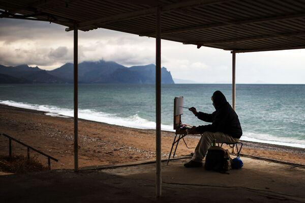 Malíř na jedné ze sevastopolských pláží, Krym - Sputnik Česká republika