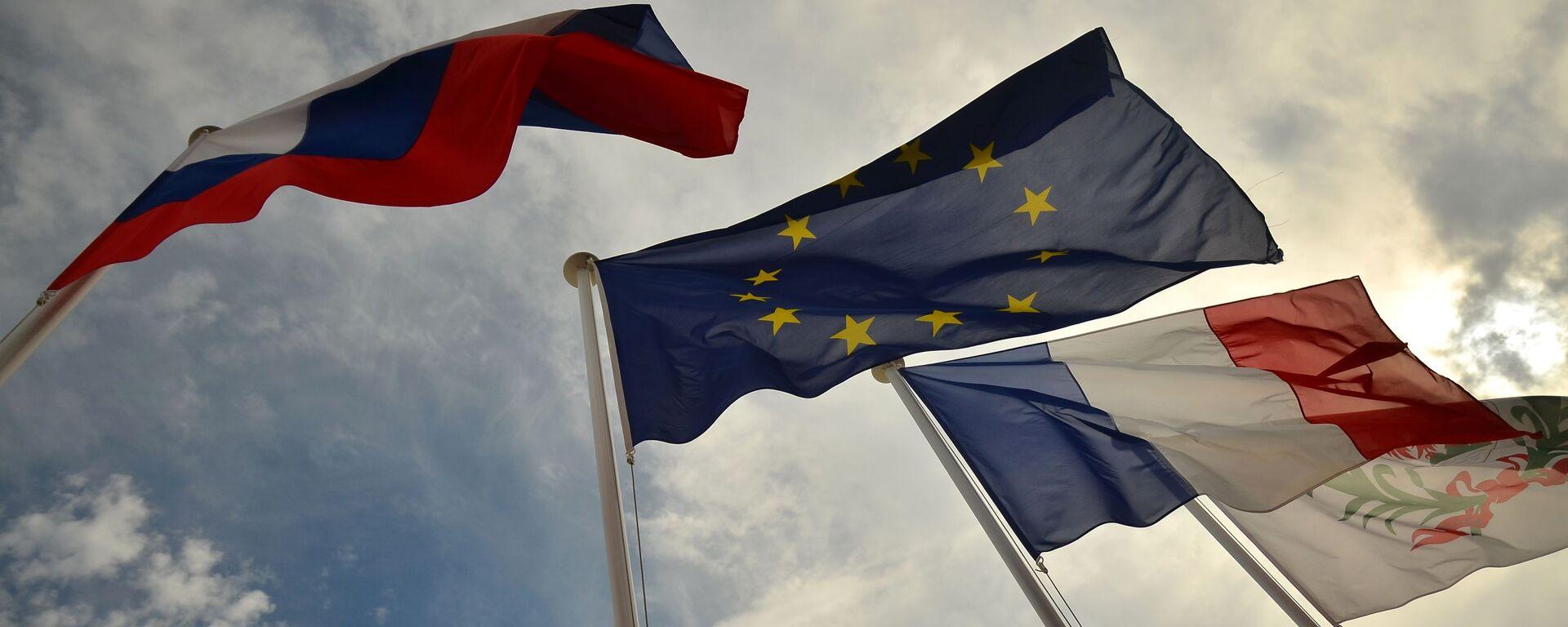 Vlajky Ruska, EU, Francie. Ilustrační foto - Sputnik Česká republika, 1920, 20.09.2021