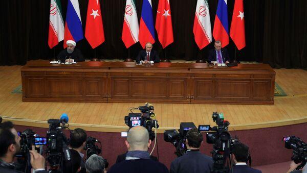 Prezidenti Íránu, RF a Turecka Hasan Rúhání, Vladimir Putin a Tayyip Erdogan - Sputnik Česká republika