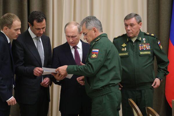 Prezident RF Vladimir Putin představuje syrského prezidenta Bašára Asada vedení Ministerstva obrany RF a Generálního štábu RF - Sputnik Česká republika