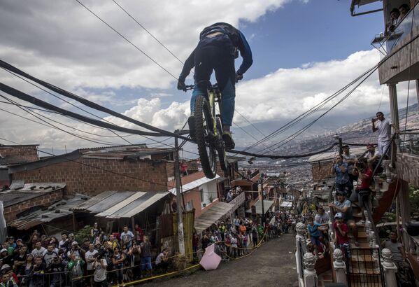 Účastník závodu Urban Bike Inder Medellin ve městě Medellin, Kolumbie - Sputnik Česká republika