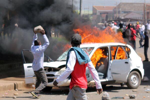 Stoupenci keňské opozice zapalují automobily na znamení protestu proti znovuzvolení prezidenta v Keni - Sputnik Česká republika