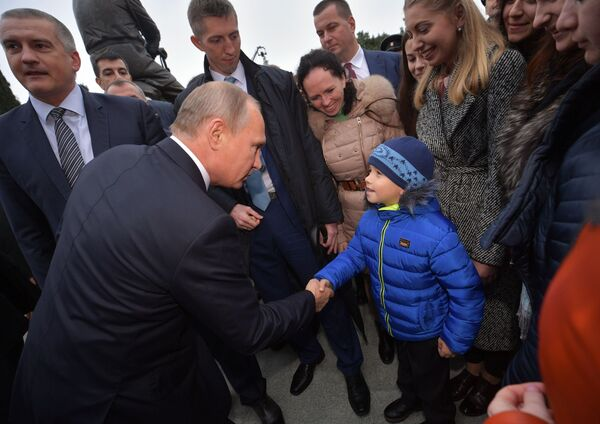 Prezident RF Vladimir Putin hovoří s místními obyvateli po slavnostním odhalení pomníku Alexandra III. v Jaltě - Sputnik Česká republika
