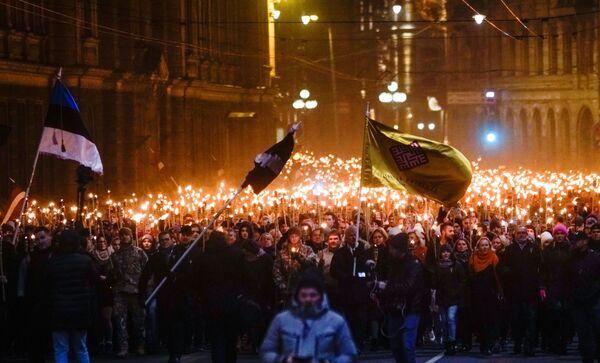 Průvod s pochodněmi v Rize na počest Dne nezávislosti - Sputnik Česká republika