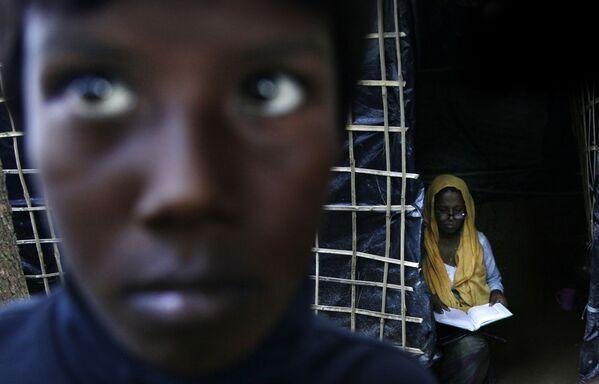 Žena Rohindža čte korán v táboře Kutupalong v Bangladéši - Sputnik Česká republika