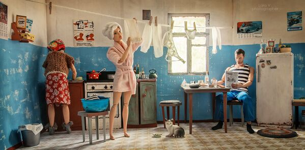 Lara se odvážila k experimentu a umístila slavnou Barbie a Kena do interiérů sovětského společného bytu. - Sputnik Česká republika
