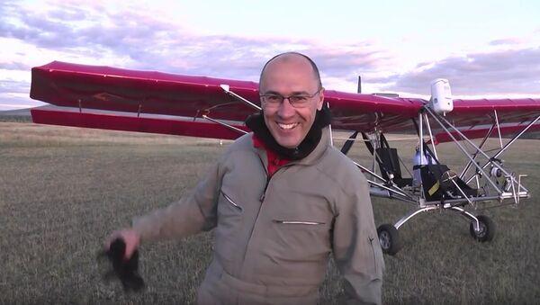 Ruský pilot Leonid Kuleš se svým letounem Dragonfly - Sputnik Česká republika