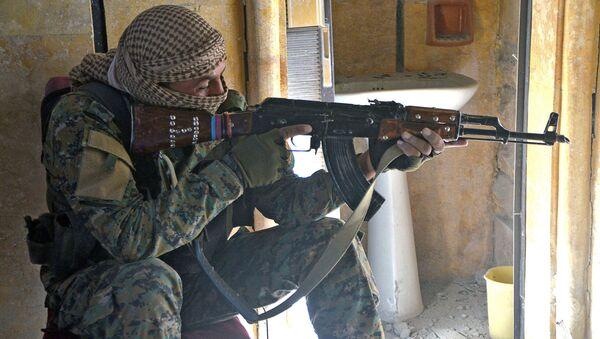 Voják syrských demokratických sil v Rakce. Archivní foto - Sputnik Česká republika