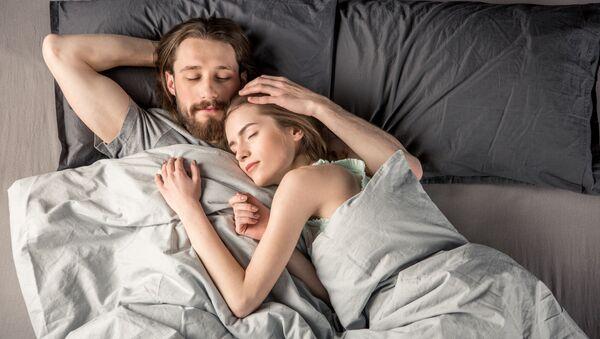 Pár v posteli - Sputnik Česká republika