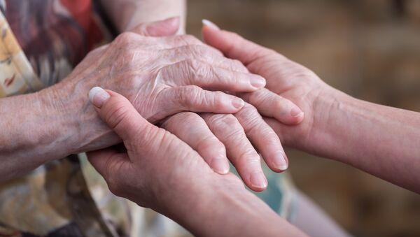 Ruce starší ženy - Sputnik Česká republika
