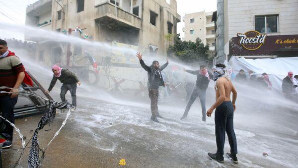 Demonstranti během protestů u budovy amerického velvyslanectví v Bejrútu - Sputnik Česká republika