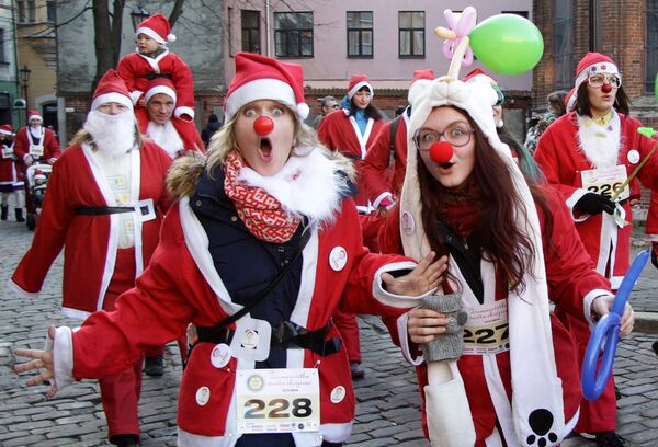 Účastnice závodu Santa Klausů v Rize - Sputnik Česká republika