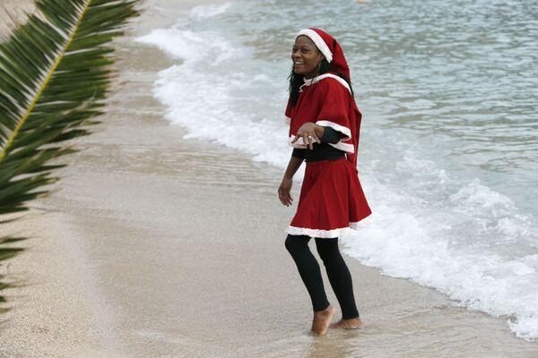 Dívky v kostýmu Santa Klause během tradičního vánočního koupání v Monaku - Sputnik Česká republika