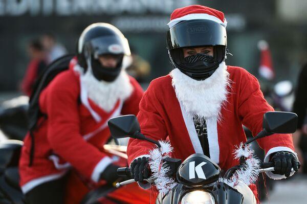 Bikeři v kostýmech Santa Klause v Marseille - Sputnik Česká republika