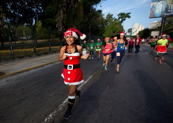 Dívky v kostýmu Santa Klause ve Venezuele - Sputnik Česká republika