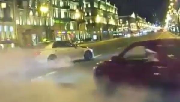 """Teď i v Petrohradu: """"Bohaté ruské děti"""" uspořádaly drift v centru města. Video - Sputnik Česká republika"""
