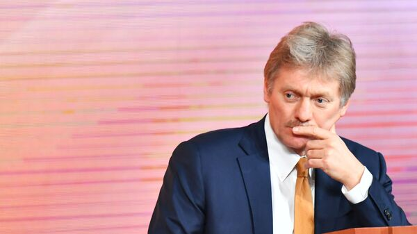 Tiskový mluvčí ruského prezidenta Dmitrij Peskov  během konference - Sputnik Česká republika