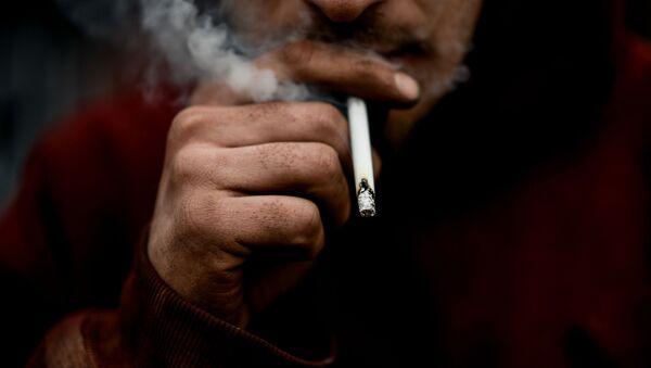 Muž kouří - Sputnik Česká republika